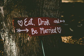 Schild mit Eat, Drink and Be Married