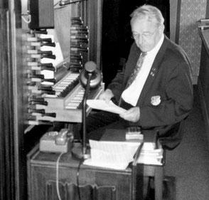 Bernhard Meiners an der Orgel der St.-Alexander-Kirche in Bawinkel.
