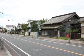 葛生は石灰で栄えた町で、蔵がある立派な日本家屋が多いです。