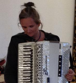 Andrea Schilling mit einem weißen Akkordeon