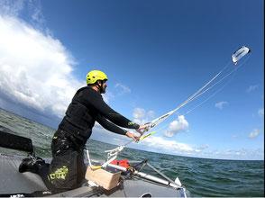 XCAT Kitesegeln | Blick an Bord auf Kiter und Kite am Himmel
