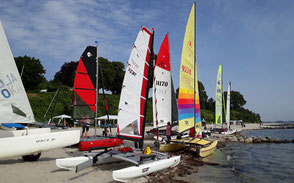 XCAT-Sail an der Ostsee, Sierksdorf, Segelvorbereitung der Katamarane, Aufbau am Strand