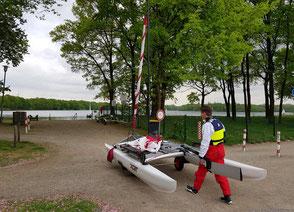 XCAT-Segeln | Einfacher Bootstransport auf dem Slipwagen ans Wasser