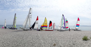 XCAT-Segelkatamaran, Ostsee, Sierksdorf, Katamarane am Strandpanorama