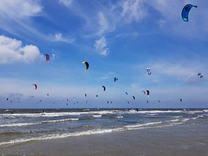 XCAT Kitesegeln | Der Himmel voller Kites am Strand von St. Peter Ording