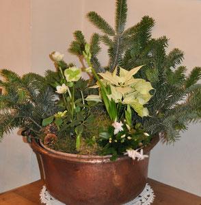 Composition florale avec branches de sapins