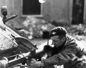 Gelders Archief 1560 Collectie Tweede Wereldoorlog, Private Dixon fires his PIAT
