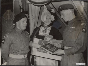 London, september 1946, Netje Heijbroek with two 6th Airborne Division soldiers.
