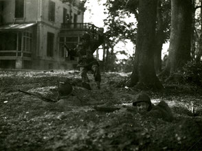 Gelders Archief 2867 Collectie Vroemen, 3 unknown soldiers at the back of the Hartenstein Hotel
