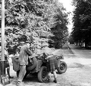 BU 1145 Captain Ogilvie of the UK Glider Pilot Regiment, who landed in his kilt during Operation Market Garden, at the Utrechtseweg corner Kasteelweg