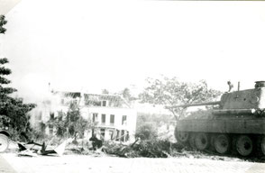 Gelders Archief 2867 Collectie Vroemen, A Panther tank at  Bridge, firing on houses at Eusebiusbuitensingel