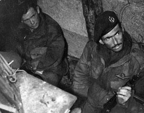 Gelders Archief 1560 Collectie Tweede Wereldoorlog, Royal Artillery/Signal dugout Staff Sergeant G. Johnstone.
