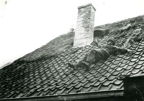 "Gelders Archief 2867 Collectie Vroemen, A ""German"" sniper shot by a para falls from a roof of a house at Benedendorpsweg?"