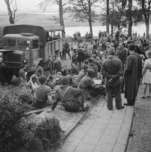 Nationaal Archief 2.24 6664 Civilians and Soldiers near St Elisabeth Hospital