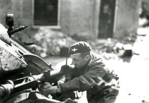 Gelders Archief 2867 Collectie Vroemen, Private Dixon fires his PIAT, Weverstraat 65