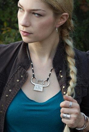 collier avec pendentif ethnique en argent massif
