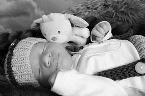 Neugeborenes Baby mit Kuscheltier