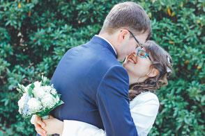 Verliebtes Brautpaar während des Hochzeits-Shootings