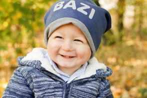 Lächelnder Junge im Herbst