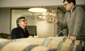 Vater und Sohn - Gerhard und Gerhard jr. bei der Verkostung edler tropfen in ihrem Weinkeller in Fresing.