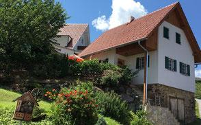 Das Kellerstöckl wurde neu adaptiert und kann als Ferienhaus mit Sonnenterrasse und kleinem Garten von bis zu sechs Personen genutzt werden.