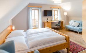 Sehr komfortabel ausgestattete Zimmer, gepaart mit kulinarischen Genüssen, ergeben ein Rundum-Wohlgefühl für unsere Gäste aus Nah und Fern.