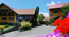 Das Weingut Ilgi wird von den Eheleuten Monika und Franz Narrath in herrlicher Panoramalage geführt. Daher sind die Gästezimmer für Jung und Alt beliebt.