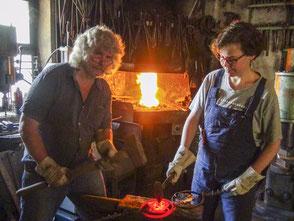 Ewald Stani gibt gemeinsam mit seiner Tochter Melissa in der Keltenschmiede Stahl eine auf die Kundenbedürfnisse abgestimmte Form.