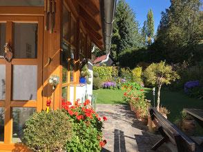 Das zentral gelegene Haus steht auf einem idyllischen Platz in sonniger Lage im Zentrum von Kitzeck. Von hier aus können Gäste die herrliche Aussicht ins Sausaler Weinland genießen.  Es ist auch ein idealer Ausgangspunkt für Wanderungen und Radtouren.