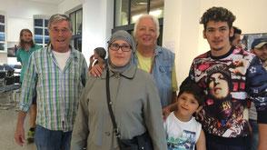 Drei junge Flüchtlinge und zwei Patinnen in der Natur