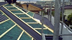伊奈町の戸建住宅、屋根カバー工法、ガルバリウム鋼板葺き工事の様子