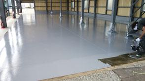 さいたま市岩槻区の工場、防塵塗装、塗床、中塗りボウジンテックス施工中の様子