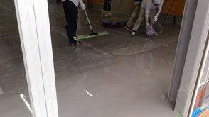 さいたま市岩槻区の工場、塗床フローンクリート施工中の様子