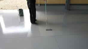 さいたま市岩槻区の工場、防塵塗装、塗床、上塗りボウジンテックス施工中の様子
