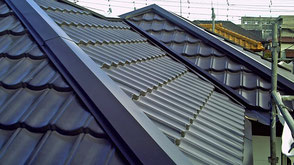 伊奈町の戸建住宅、屋根カバー工法、ガルバリウム鋼板葺き工事完了の写真