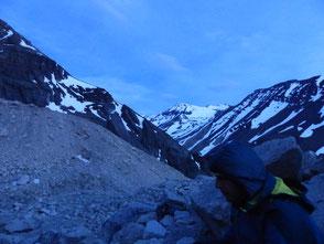 Jérome et la montagne enneigée au crépuscule en attendant que le soleil se lève