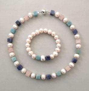 """Falling Ypsilon"" aus Onyx und Howlith; Perlenschmuck, Süßwasserperlen, Perlenkette, Perlenarmband"