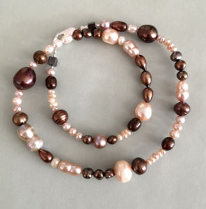 """Falling Ypsilon"" aus Süßwasserperlen und Rosenquarz; Perlenschmuck, Perlenkette, Perlenarmband"