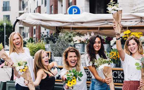Glada tjejer med blommor