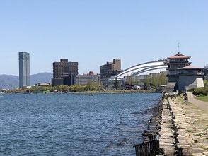 浜大津港から琵琶湖ホールを臨む