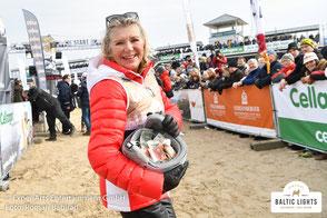 Jutta Speidel sammelt mit Ihrem Helm von Head Spendengelder in den Zuschauerreihen. Foto: Roman Babirad