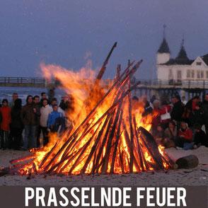 Strandfeuer auf Usedom vor der historischen Seebrücke in Ahlbeck