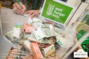 Viele Zuschauer zeigen reges Interesse an der Arbeit der Welthungerhelfe und lassen eine Spende im Charity-Zelt. Foto: Thomas Ix