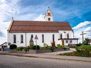 Südseite der Kirche St. Georg mit Kirchenvorplatz ab 2012