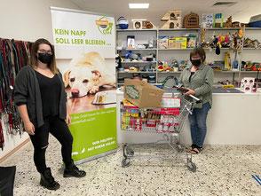 2 Frauen bei der Spendenübergabe in der Tiertafel.