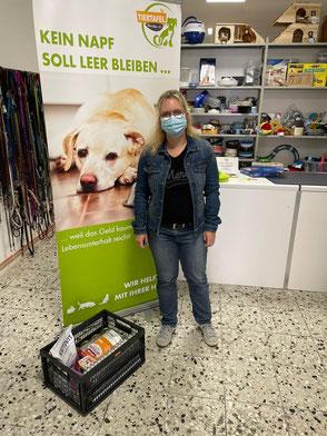 Frau bei Spendenübergabe in der Tiertafel.