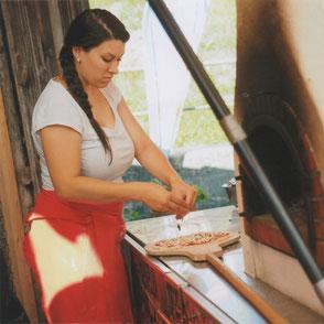 Anna-Hirsiger-stellt-feine-Holzbackofenpizzen her