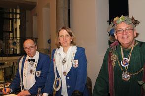 Bacchus Manfred Grütling an der Kasse im Kaiserhaus (v.l.) Manfred Reinl und Nicole Welke