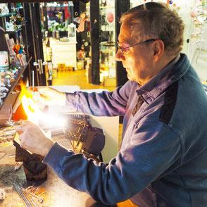 Der Glasbläser Dieter Schneider bei der Arbeit.