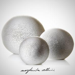 Lampada sfera da appoggio tagli BUCHINI finitura Maiolica bianca . Margherita Vellini Ceramica Made in Italy Home Lighting Design